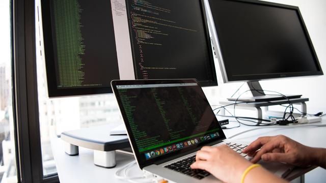 as APIs são sistemas de programação que têm como objetivo o compartilhamento de dados entre sistemas diferentes