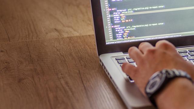 """é por meio das APIs que os bancos """"conversam"""" entre si e compartilham dados e informações"""